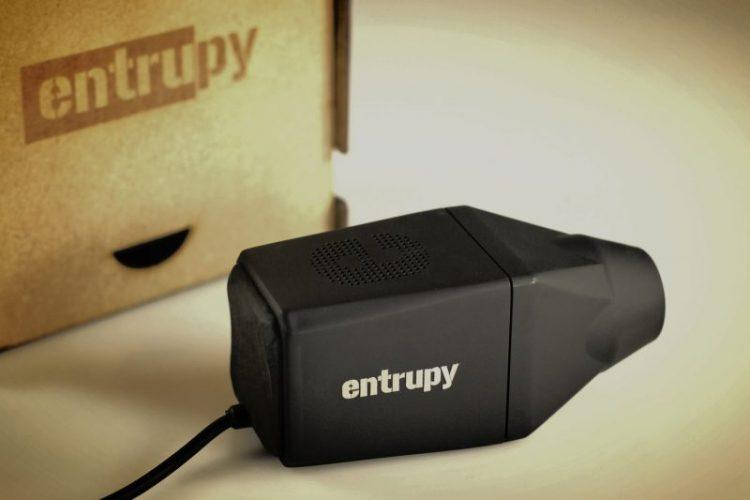 Основатели стартапа утверждают, что они тестировали устройство не только на сумках, но и на телефона