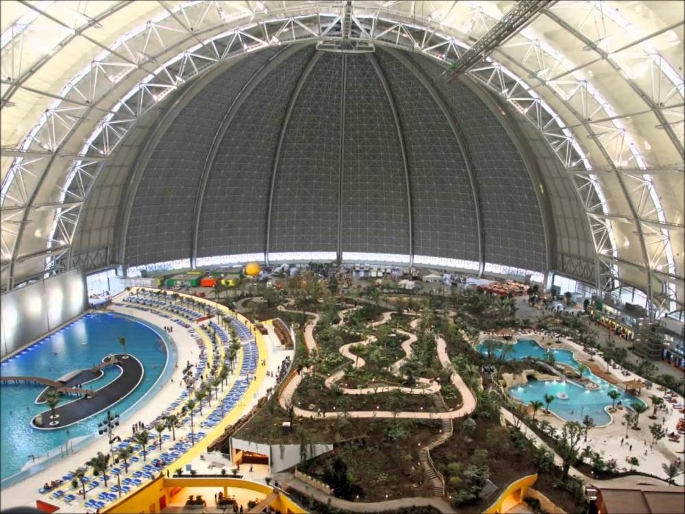 © pinterest     Огромный аквапарк под куполом, Германия.