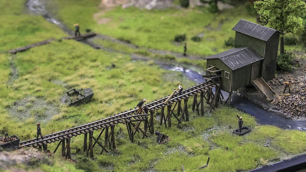 На отечественных машинах жители ездят воровать металл.