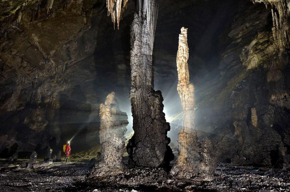 Люди кажутся карликами на фоне гигантского сталактита: