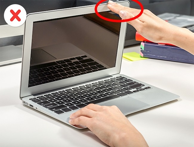 © Depositphotos     Экран очень хрупкий, поэтому нельзя поднимать ноутбук, держась занег