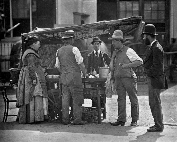 Уличный торговец устрицами.