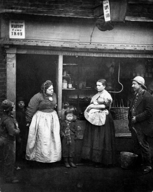Люди перед магазином старьевщика в районе Ламбет, где ежегодное наводнение из-за реки Темзы доставля