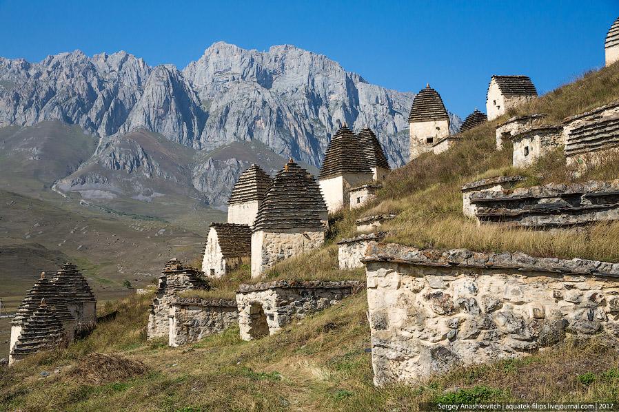 12. На другой стороне долины, виднеется еще один «мертвый городок», принадлежащий покинутому селению