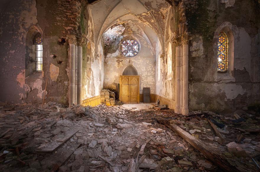 Заброшенная церковь с обломками на полу.