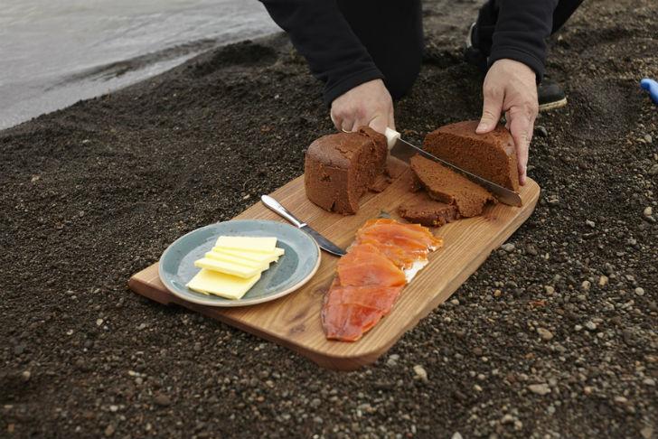 Вулканический хлеб  Исландский ржаной хлеб очень популярен в стране. Он темного цвет
