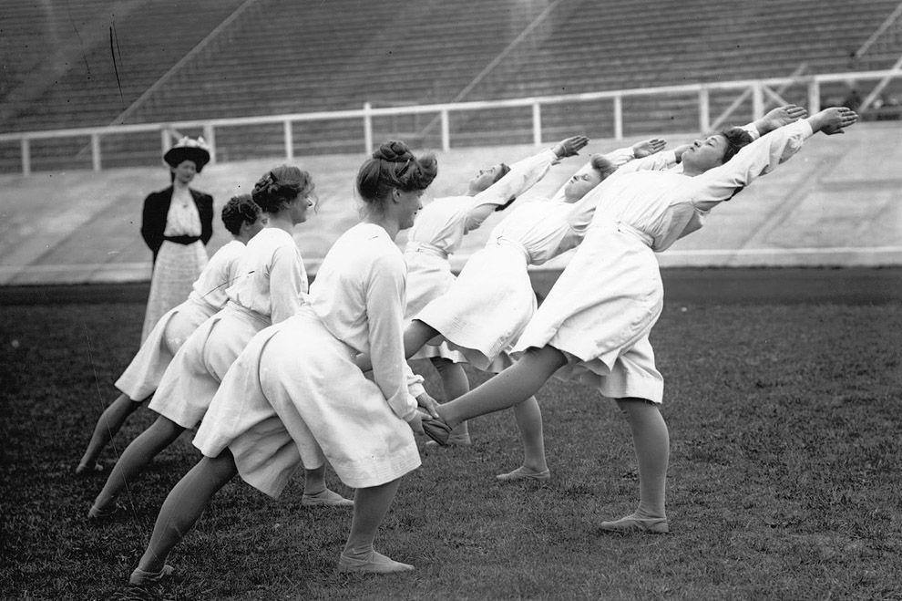 2. Первые фото, напоминающие занятия йогой, появились в 1908 году — на Олимпиаде в Лондоне спортсмен