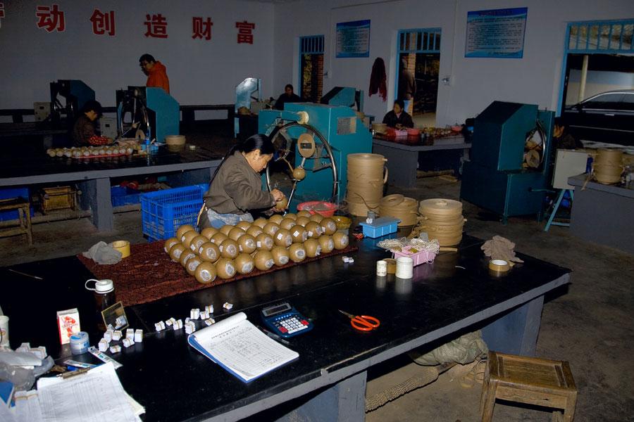 После просушки к шарам прикрепят вышибной заряд, и продукция будет полностью готова к использованию: