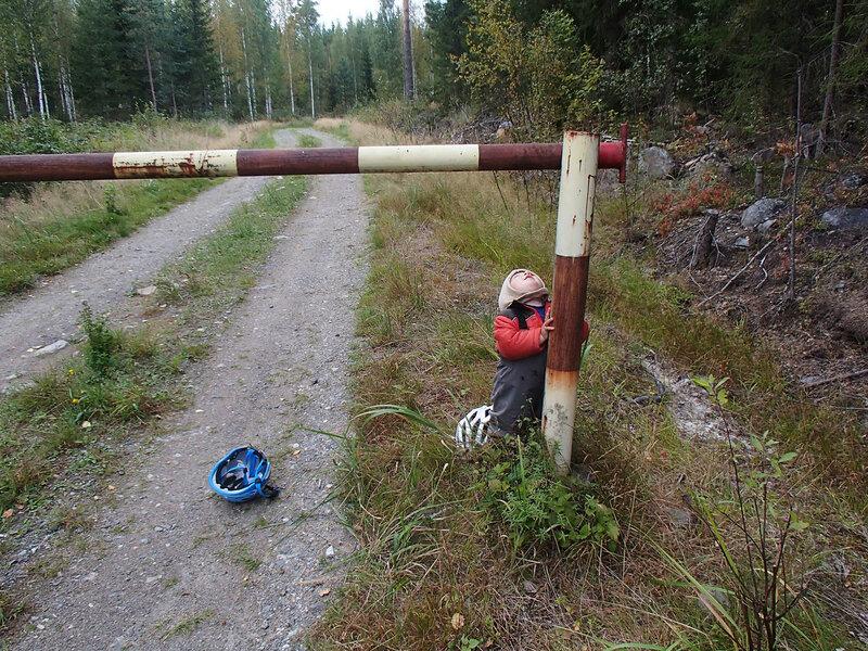 шлагбаум на грунтовой дороги в финляндии у коувола