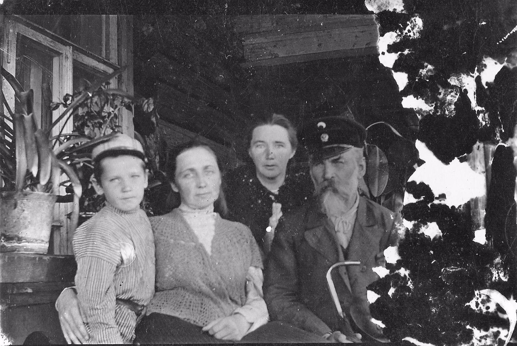 Петр Иванович Горбунов с семьей