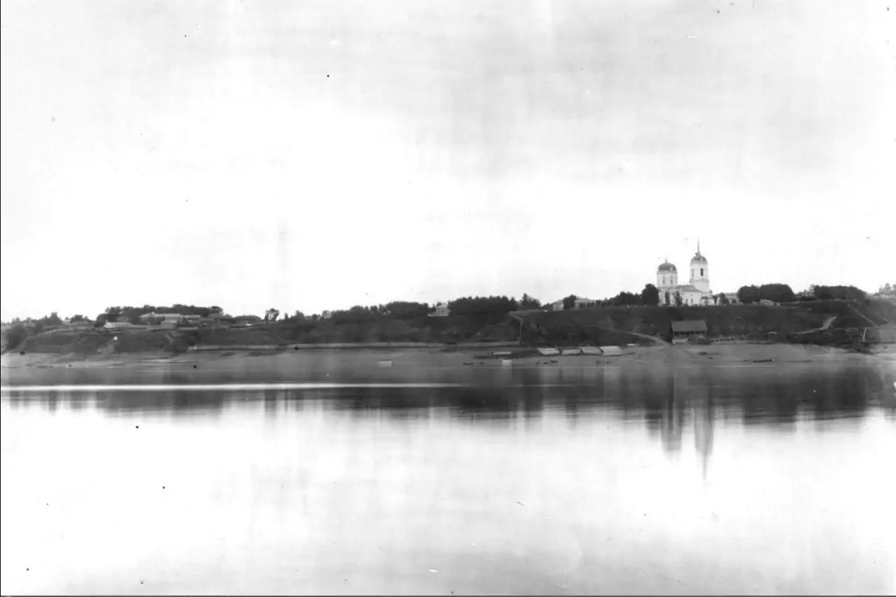 Вид на Успенский собор с противоположного берега