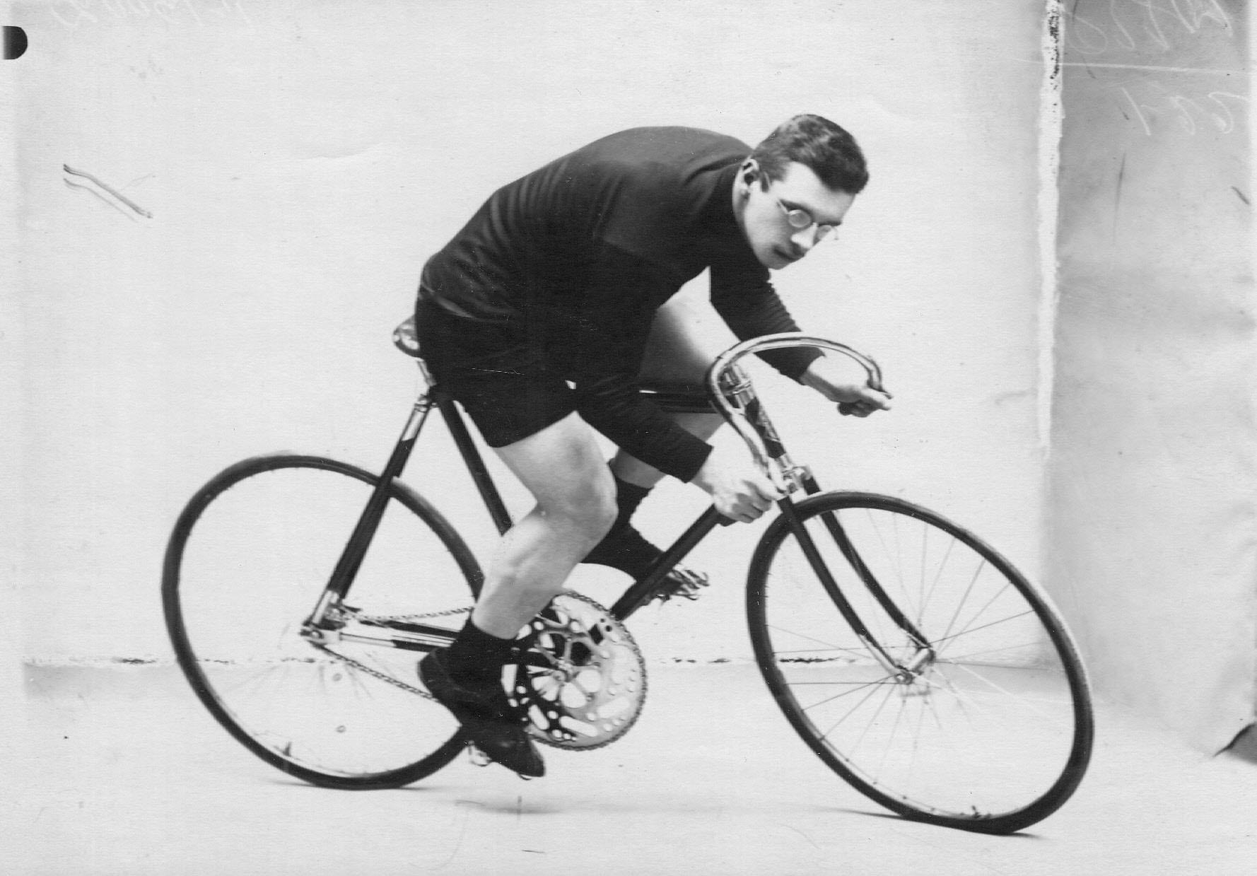 Велогонщик на велосипеде