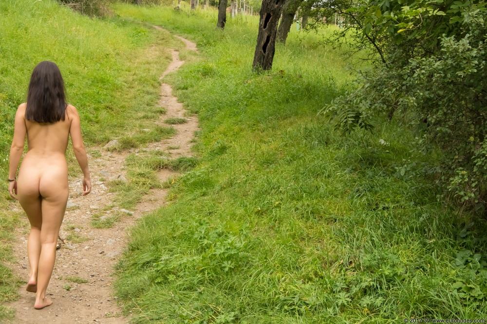 Обнаженная Alina на прогулке