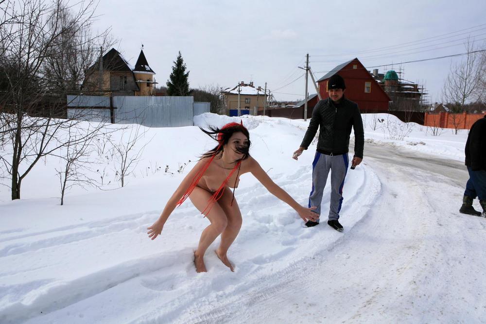 Голая Елизавета зимой в сельской местности