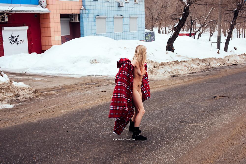Голая Стелла на зимней улице