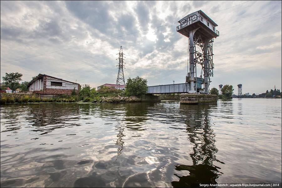 24. Разрушенный во время войны старый железнодорожный мост напротив Музея Мирового океана. Он развод