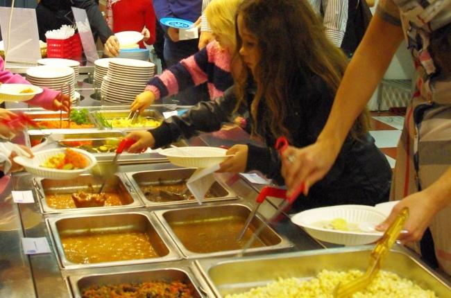 © pikabu  Питание вфинской школе разнообразное ибесплатное, «шведский стол». На сайте школы