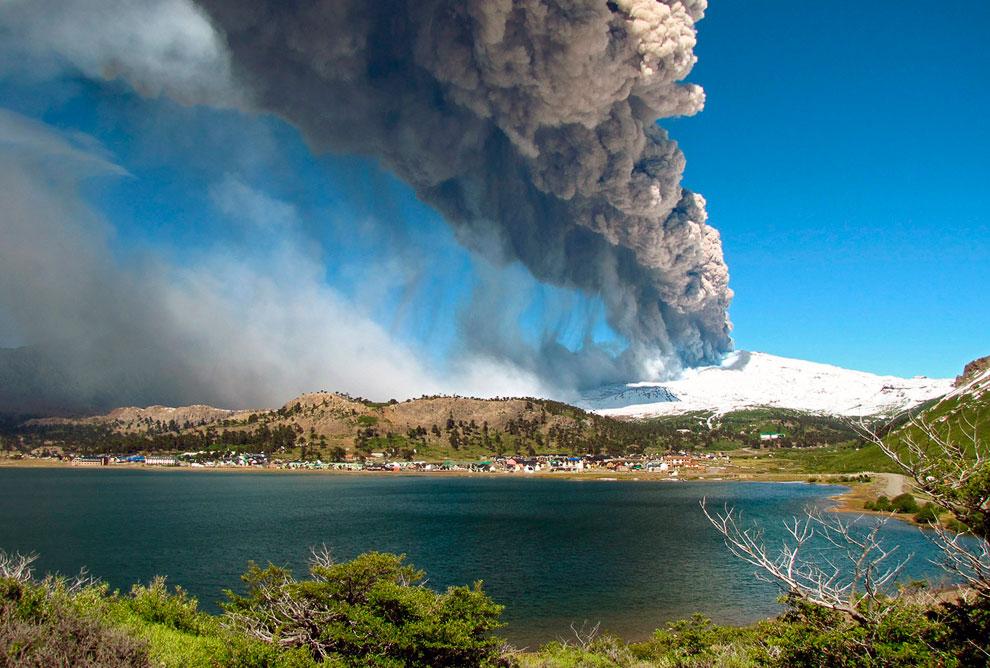 Извержение вулкана Этна в Италии. Это был небольшой обзор извержений вулканов 2013. (Фото AP Ph