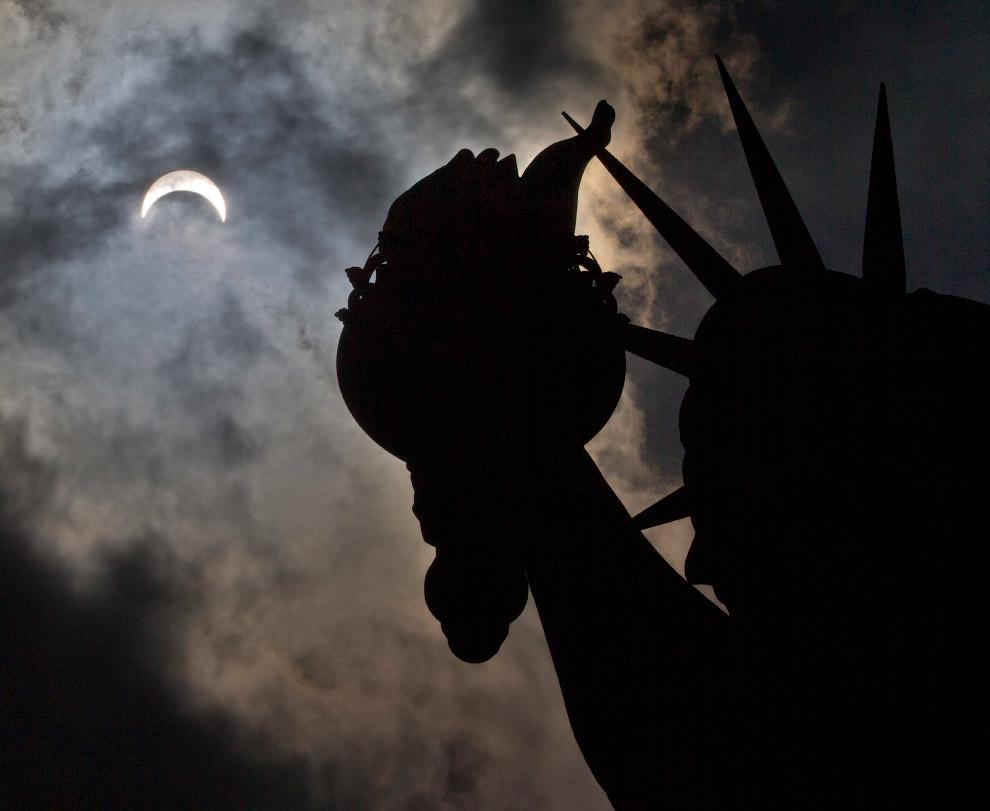 Ещё более пяти миллионов человек в США наблюдали накануне солнечное затмение по телевизору. (Фо