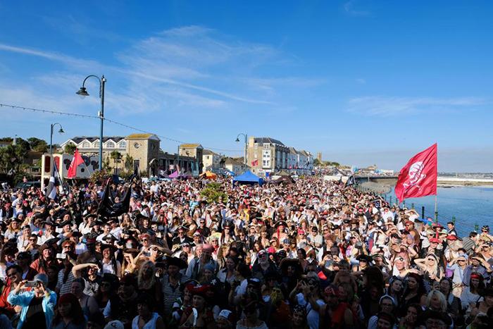 Якорь им в глотку: пьяные пираты помешали британскому городу установить мировой рекорд (6 фото)