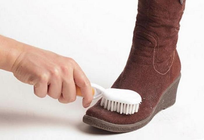 Почистить замшевые сапоги в домашних условиях
