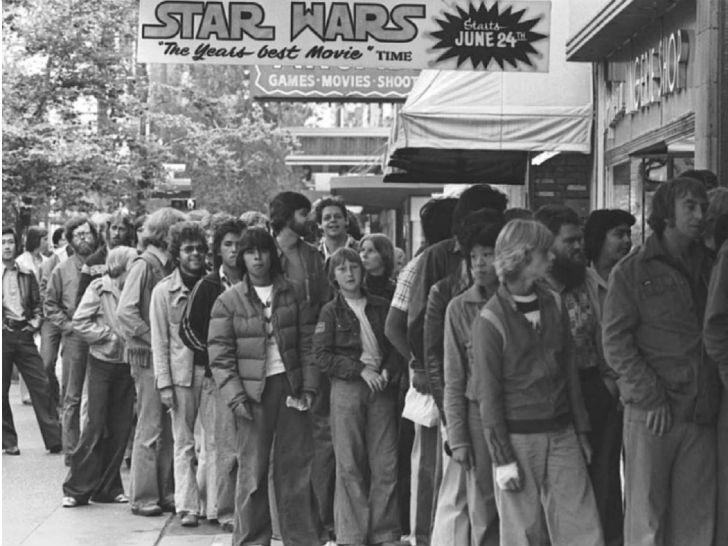 Очередь в кинотеатр на премьеру первого фильма «Звездных войн», 1977 год.