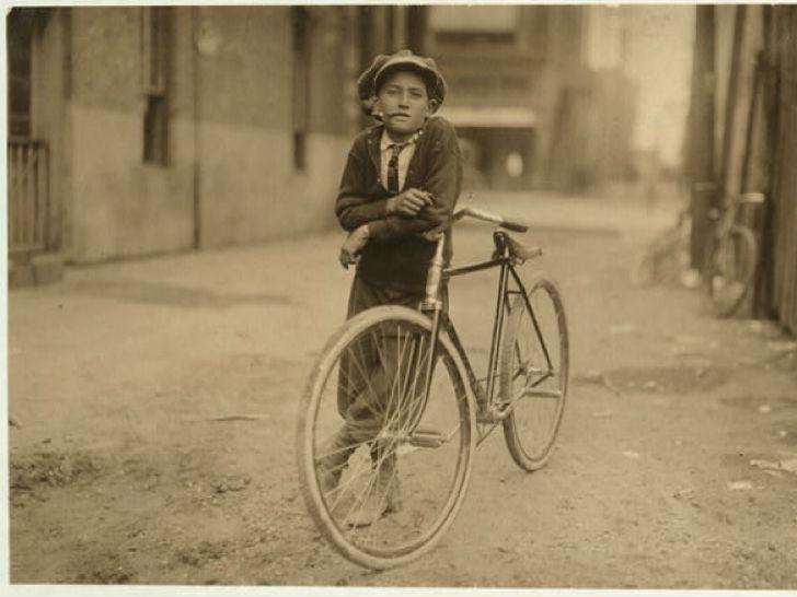 Фотография посыльного в 1910-х годах. Обратите внимание, на улицах еще нет тротуаров.
