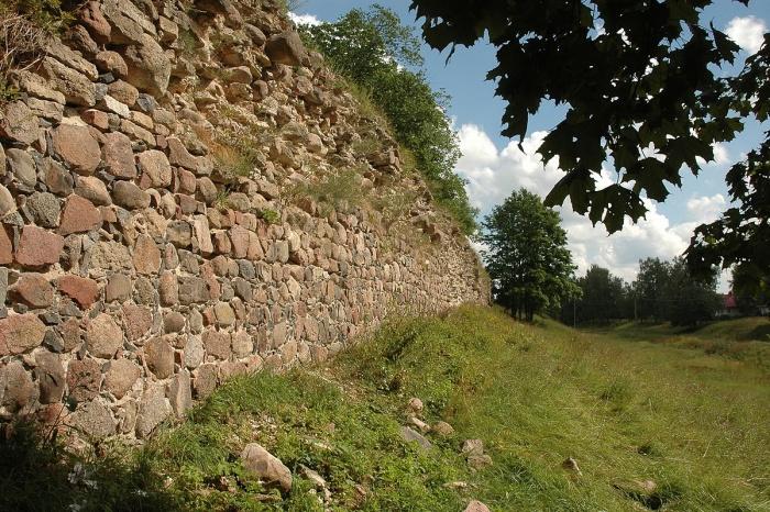 Гдовская крепость.   Гдов совмещает очарование древнерусского города и романтику пограничной кр