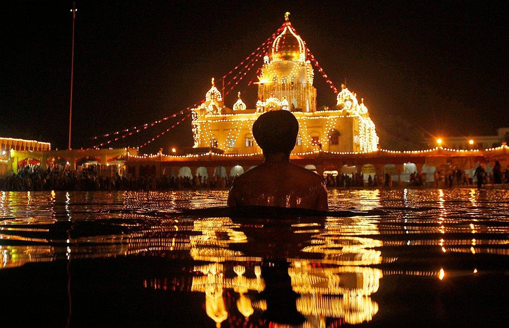 Выступление индийских каскадеров , Бихар, Индия, 15 ноября 2011. (Фото Kevin Frayer