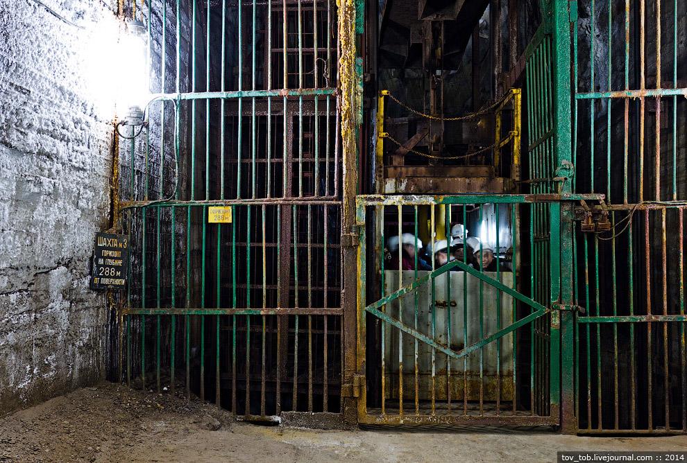 5. Руддвор и шахтная клеть. Сам ствол почти на всю высоту имеет обделку из чугунных тюбингов.