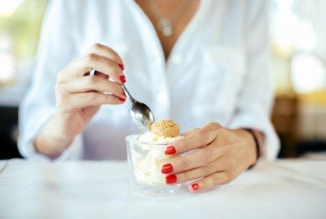 Запомни:        Пироги и крендели, торты подают на стол нарезанными. Куск
