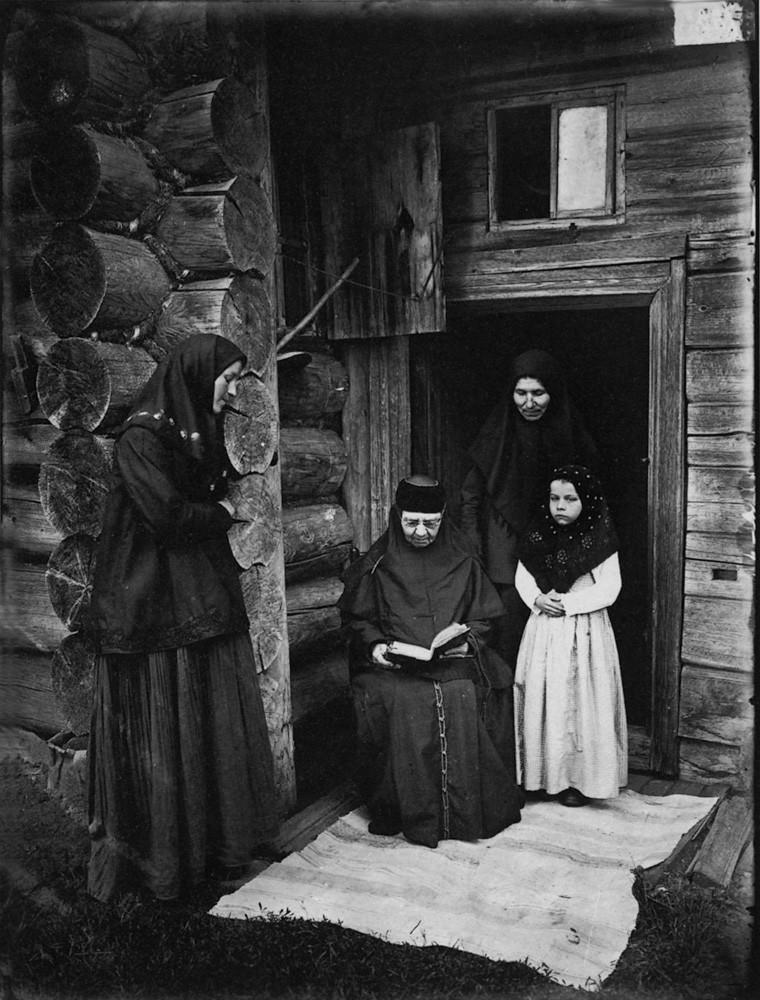 22. Оленевский скит. Уставщицы. 1897 г. Негатив 18×24см.