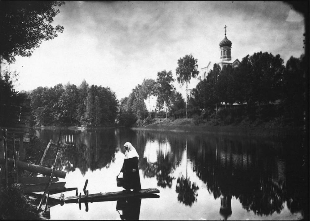 23. Серафимо-Понетаевский женский монастырь. Вид на монастырский пруд и Больничную церковь. Негатив