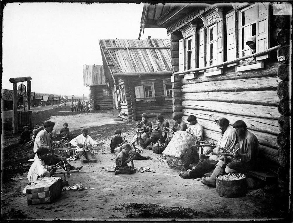 33. Ложкарное производство. Отделка ложечного черенка. 1897 г. Негатив 18×24