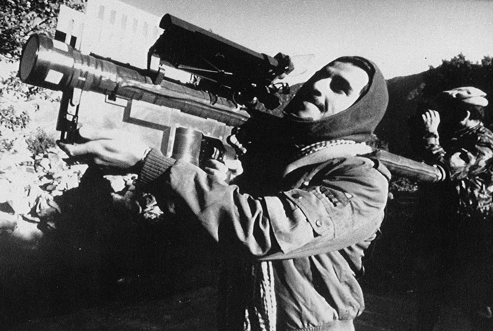Потери СССР оцениваются в около 15 000 человек.  14. Советские солдаты выходят из афганского м