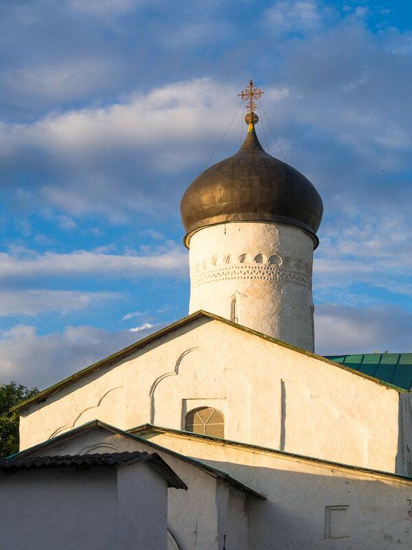 Последние лучи на церкви Косьмы и Дамиана.