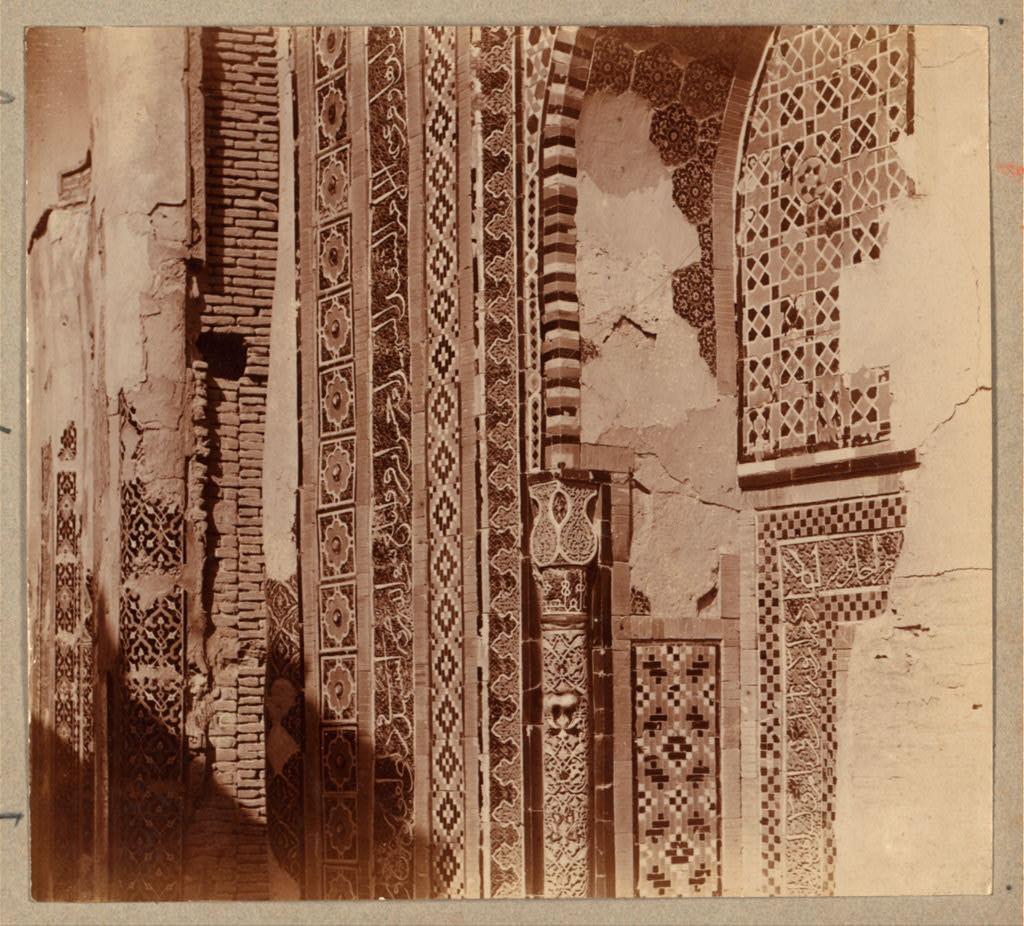 Шах-Зинде. Мавзолей Туглу-Текин (Эмир Хусейна). Часть стены в проходе мертвых справа