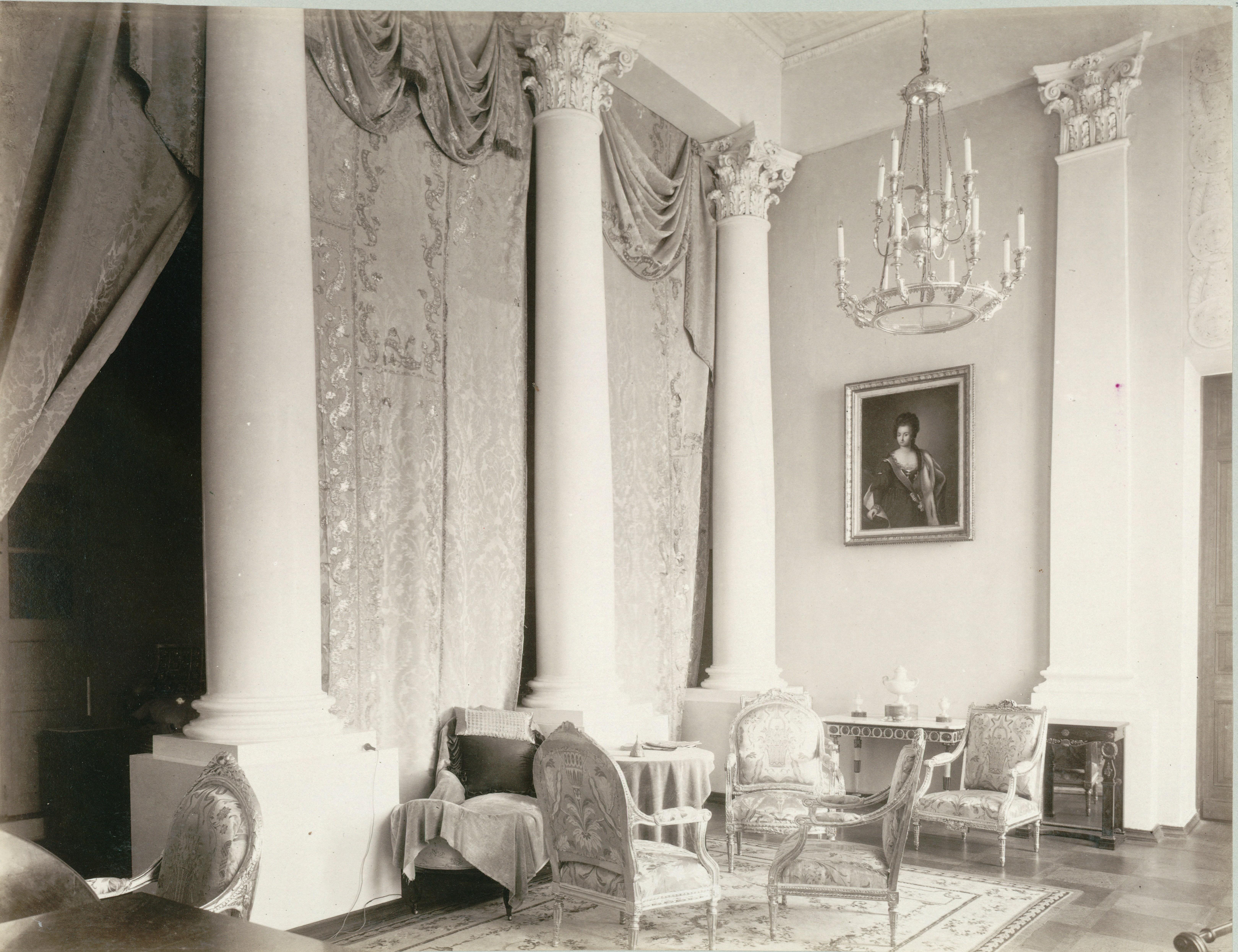 Дворец. Парадная спальня. Северо-восточная часть. На стене портрет Евдокии Борисовны Юсуповой