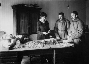 Приём медалей и Георгиевских крестов, пожертвованных солдатами на нужды революции в Петроградском Совете рабочих и солдатских депутатов. Май 1917