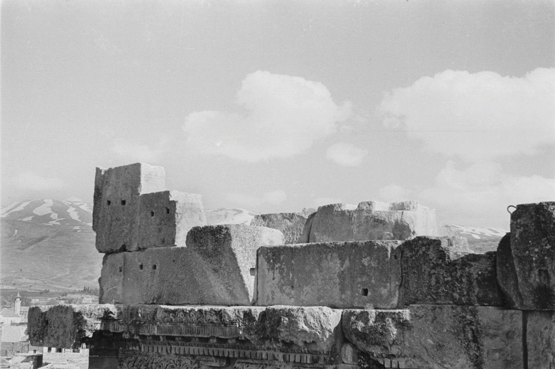 Храмовый комплекс. Каменные блоки с небольшими квадратными отверстиями