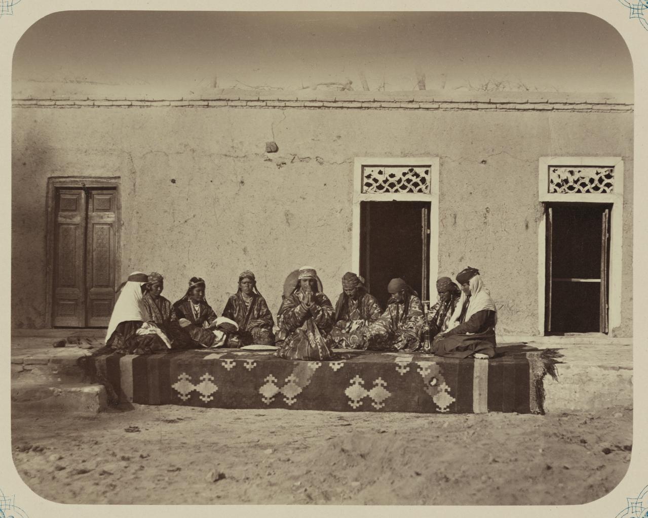 Группа исполнительниц, возможно, узбечек, сидящих на коленях на ковре