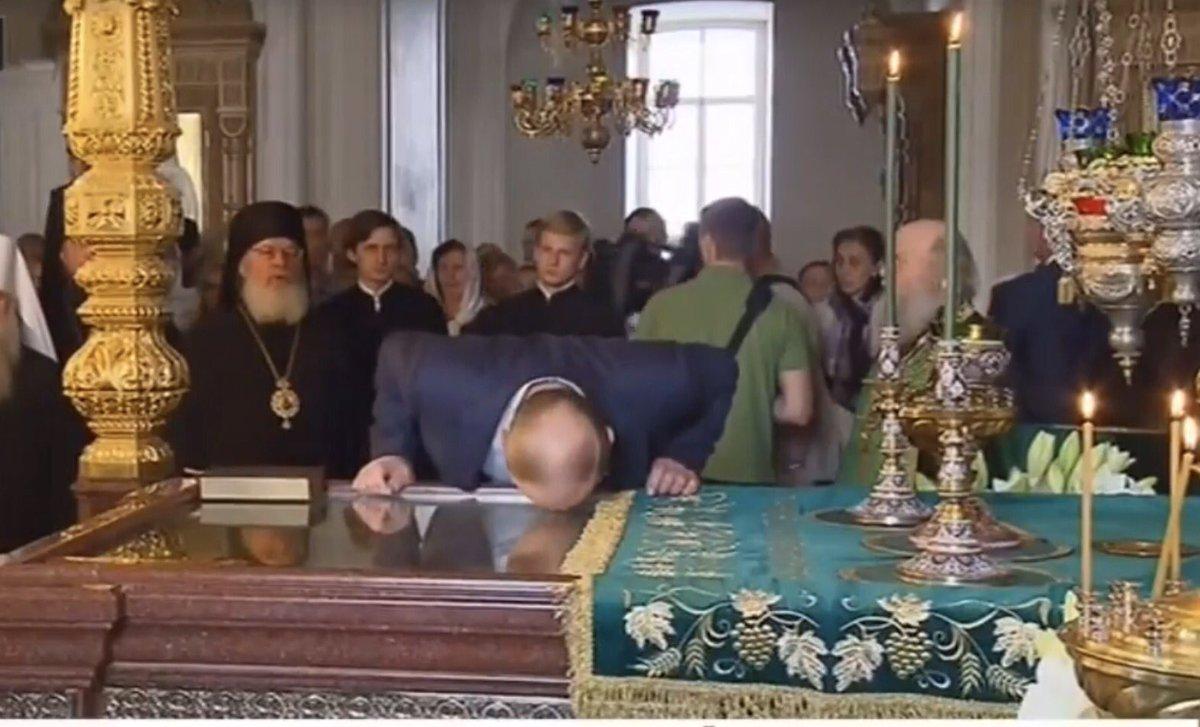 Путин на Валааме принял участие в торжественной литургии и приложился к мощам преподобных чудотворцев Сергия и Германа