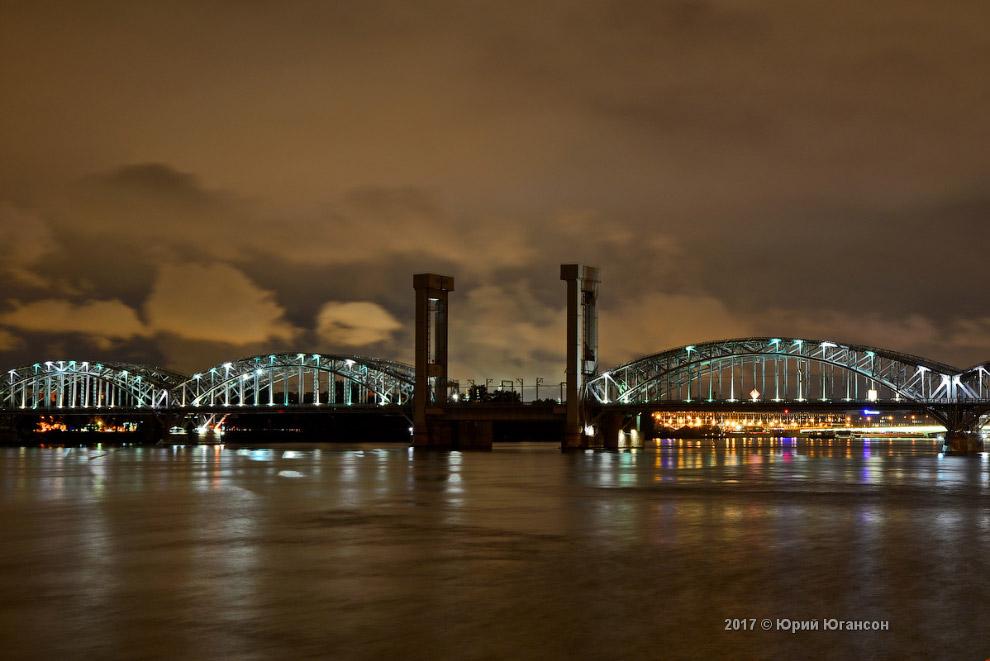 12. За ним просматривается мост Александра Невского через Неву, который имеет длину без береговых со