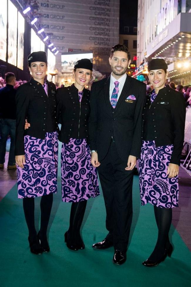© Air New Zealand/Facebook     Платье скрупным ярким принтом— необычный выбор для стюар