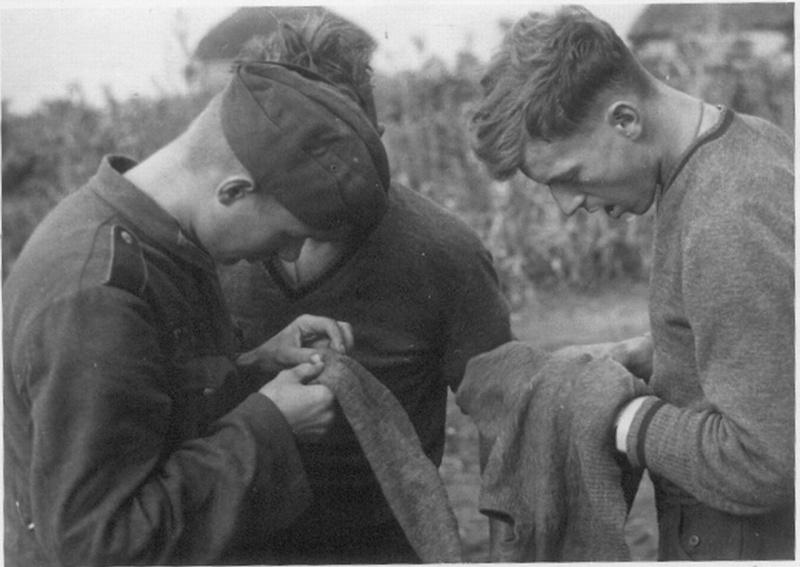 Немецкие солдаты осматривают одежду в поисках вшей - СУПЕР.jpg