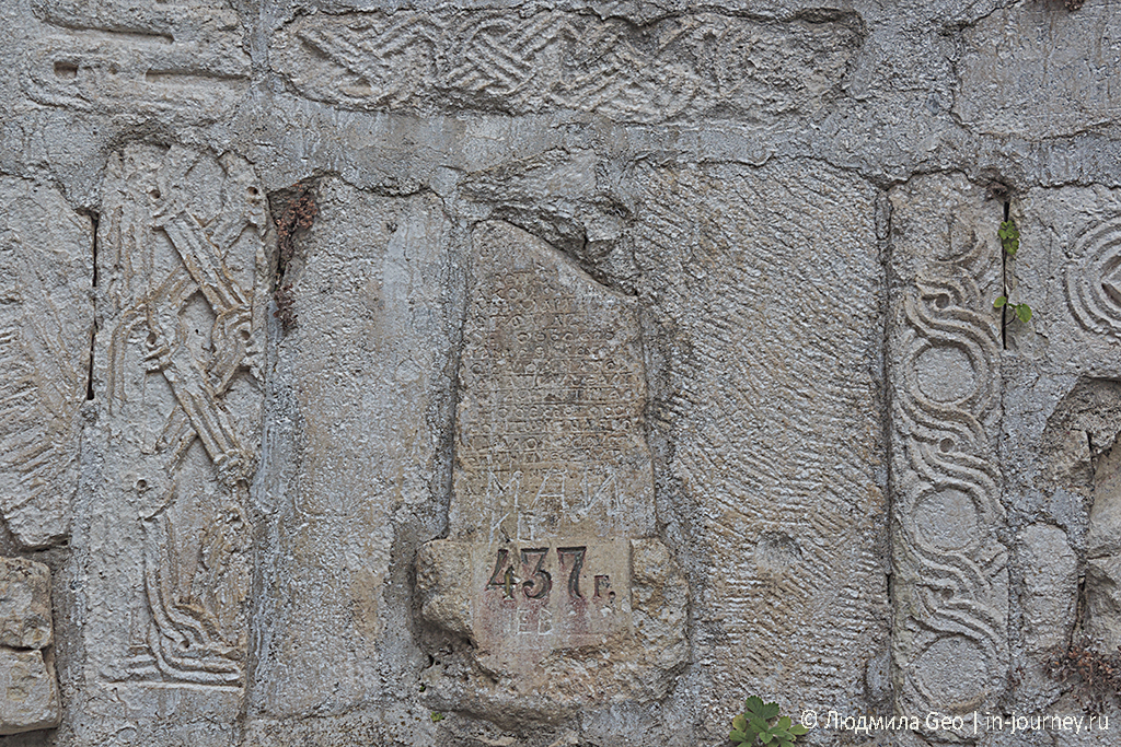 древние надписи в часовне на Иверской горе в Новом Афоне