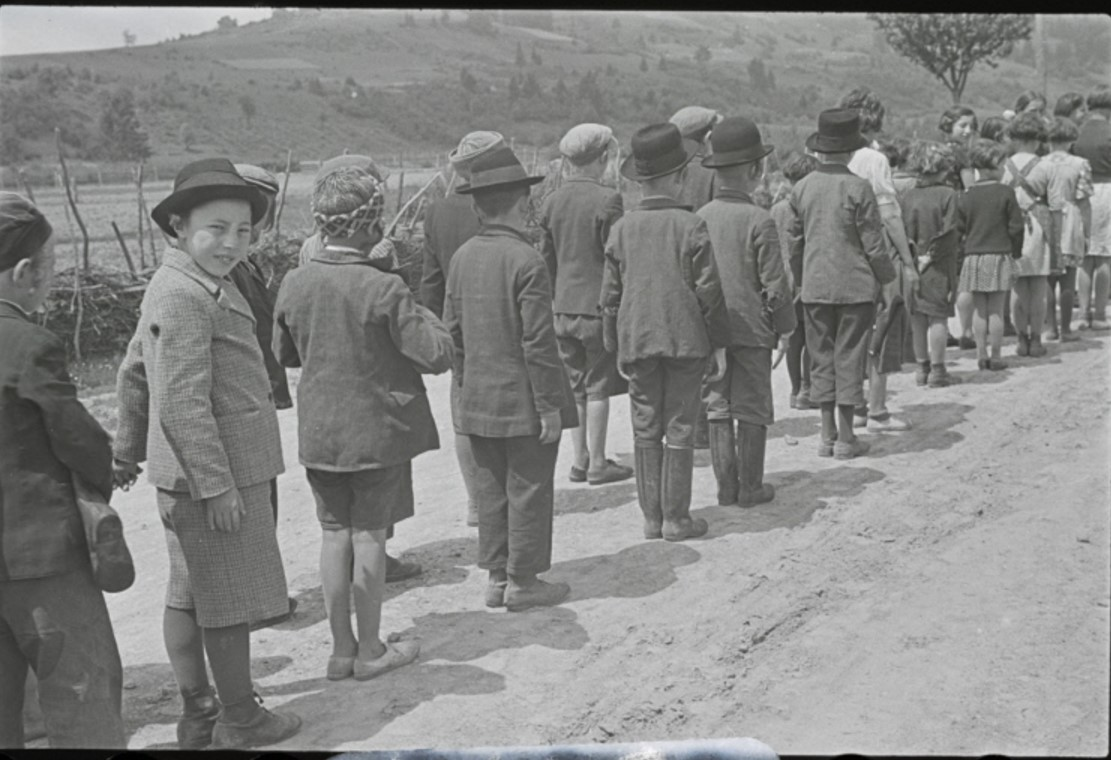 Броды. Учащиеся хедера (еврейская начальная школа), ожидающие очереди в микву