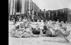 1918. Замороженные тела русских солдат, убитых большевиками и выкопанные британскими войсками из-под снега. Омск