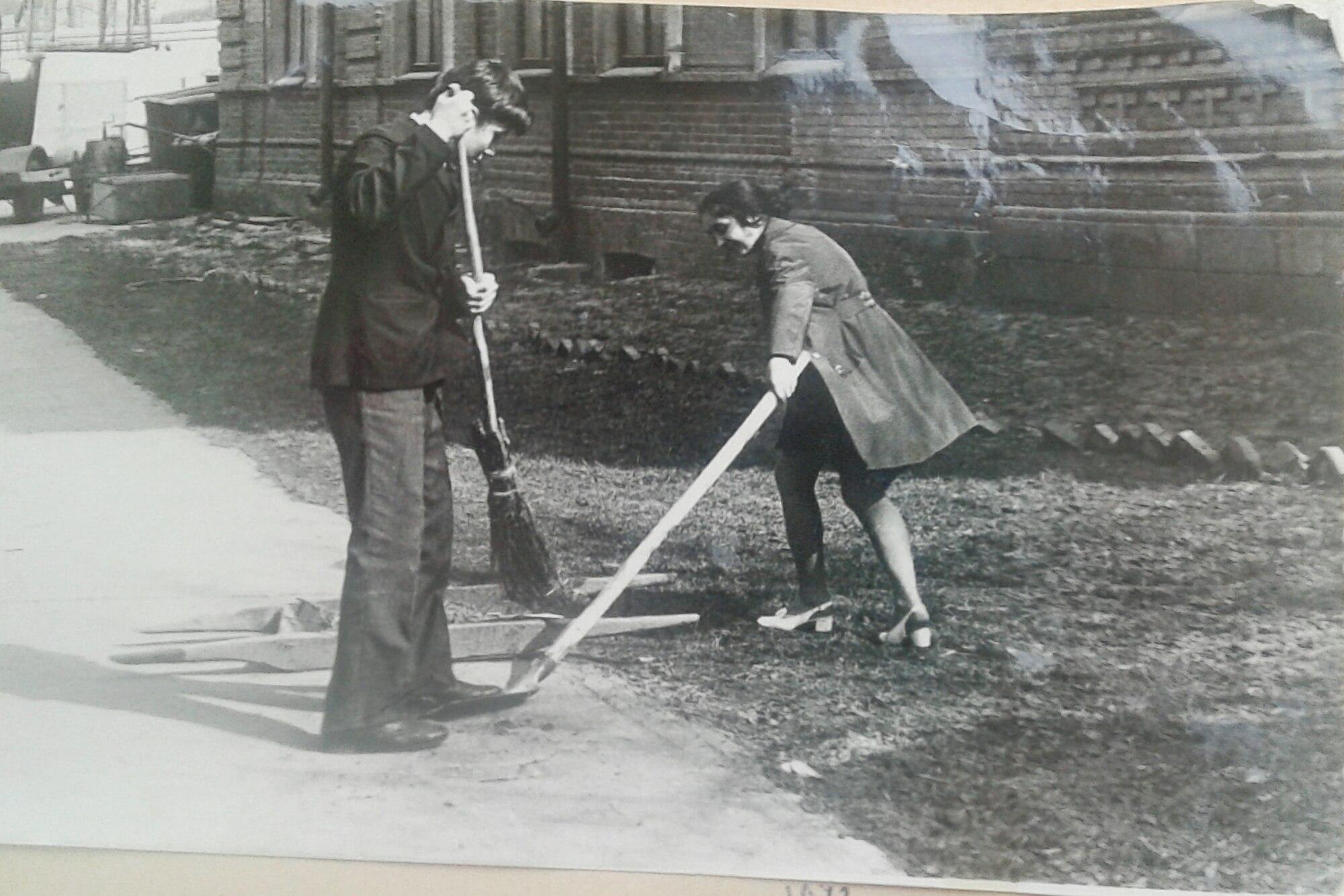 1972. Уборка территории школы 22