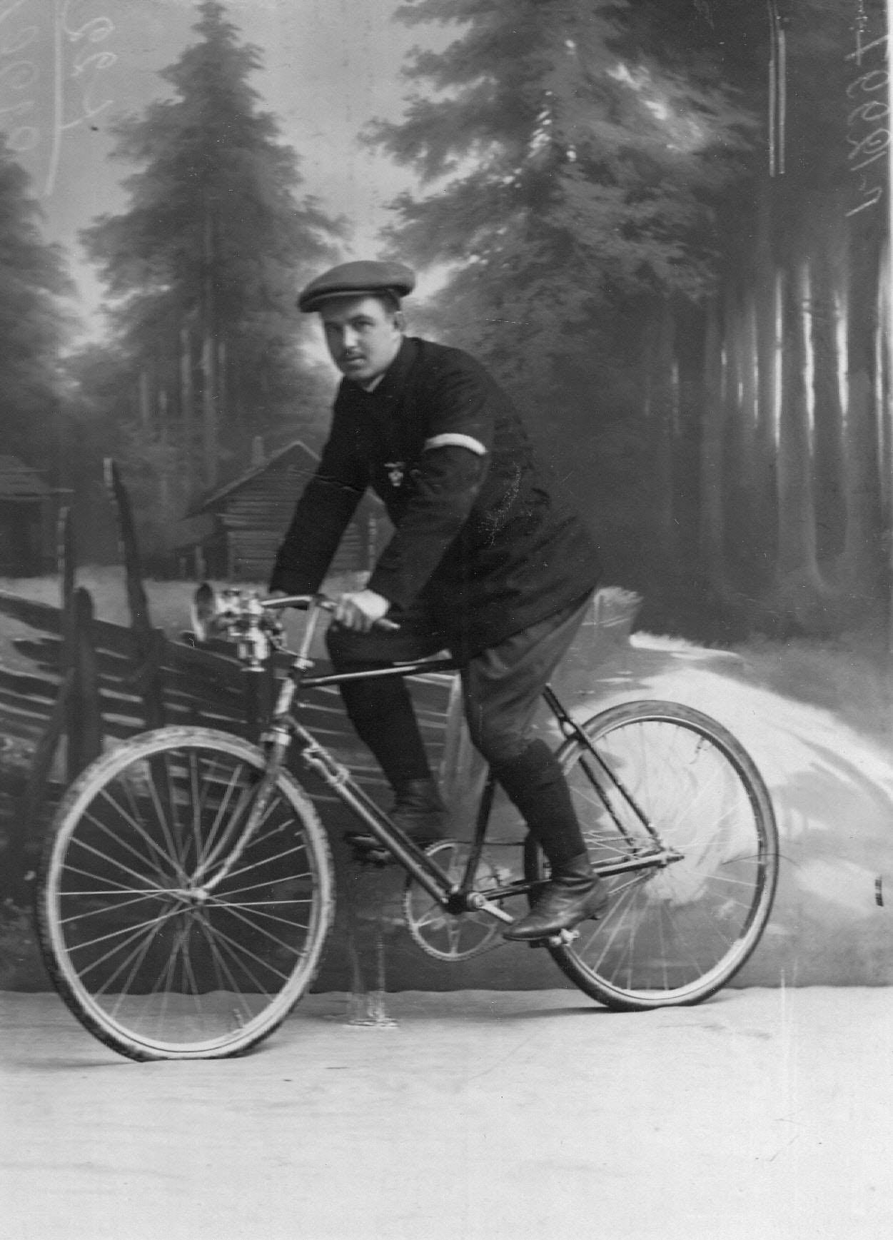 Велогонщик Онисим Иванович Панкратов на велосипеде